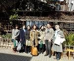 P2201389  Marion et participantes devant Sometaro