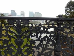 皇居内の橋の向こうにオフィス街の摩天楼