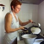 P6160431  faire une crepe (Florence )