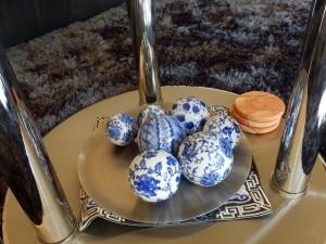 卵型の陶器のオーナメント